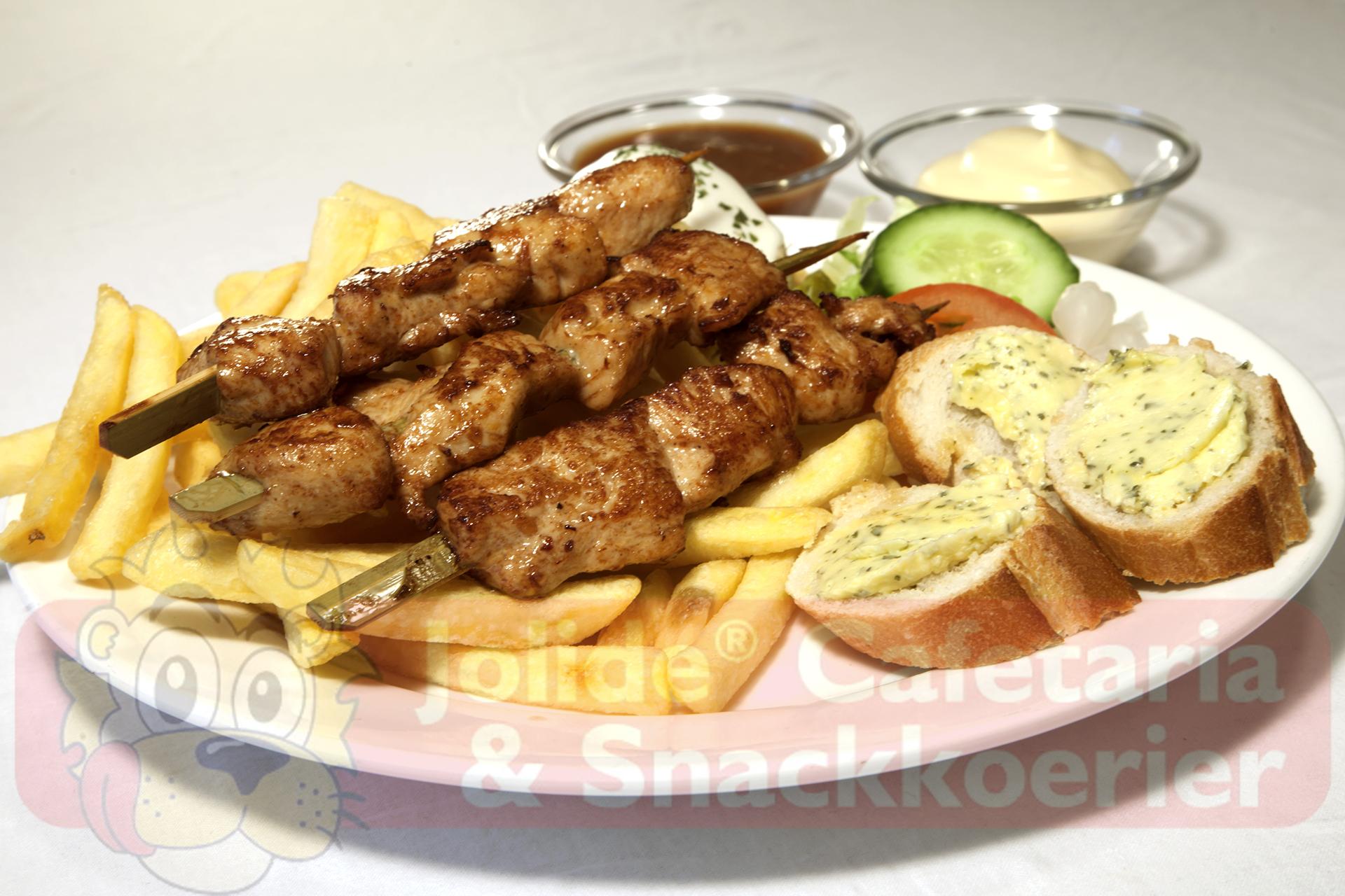 3 Stokjes kipsate. Menu bestaat uit patat, rundvleesslaatje, mayonaise, pindasaus en stukjes stokbrood met kruidenboter.